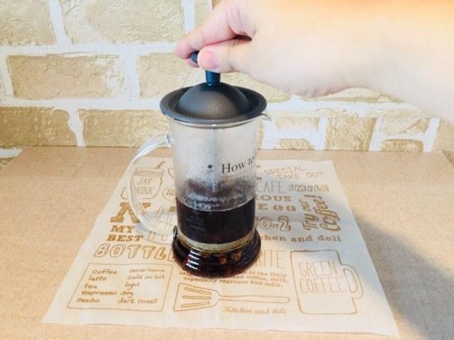 ノンカフェインさつまいもコーヒー_蒸らしてプレスする