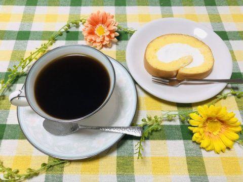 コーヒーとロールケーキ 480x360