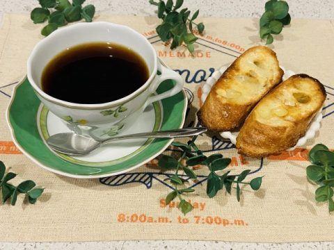 コーヒーとフランスパン 480x360